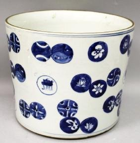 A LARGE CHINESE BLUE & WHITE PORCELAIN BRUSHPOT,