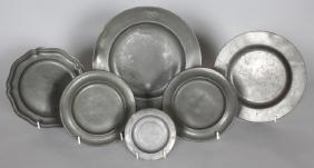 AN 18TH CENTURY PEWTER CIRCULAR PLATE, 9.5ins diameter,