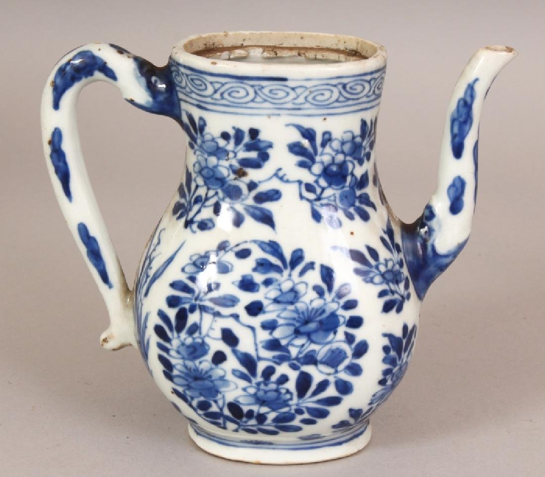 A CHINESE KANGXI PERIOD BLUE & WHITE PORCELAIN EWER,