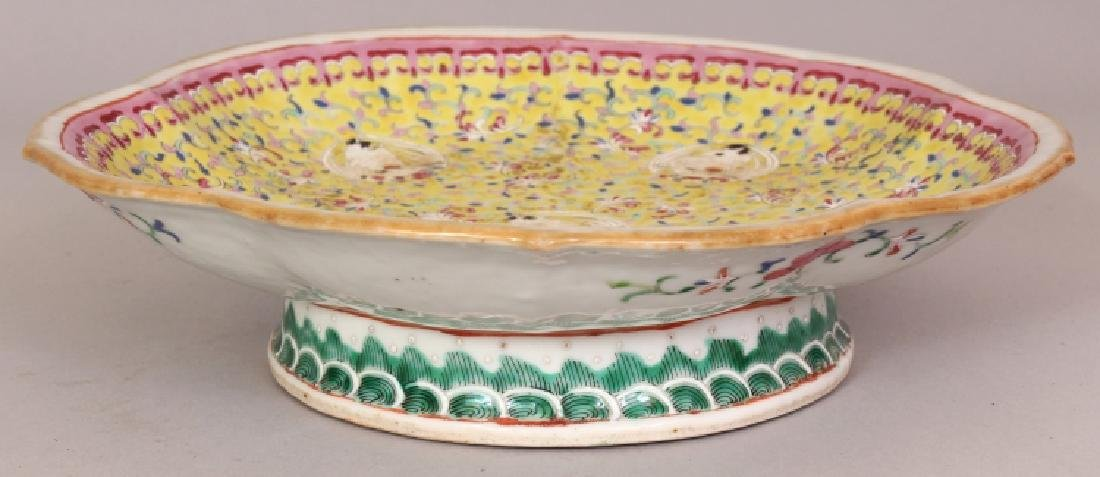 A GOOD QUALITY 19TH CENTURY CHINESE YELLOW GROUND