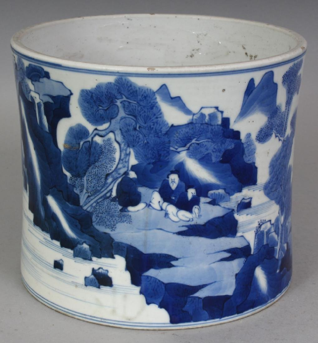 A GOOD QUALITY CHINESE BLUE & WHITE PORCELAIN BRUSHPOT,