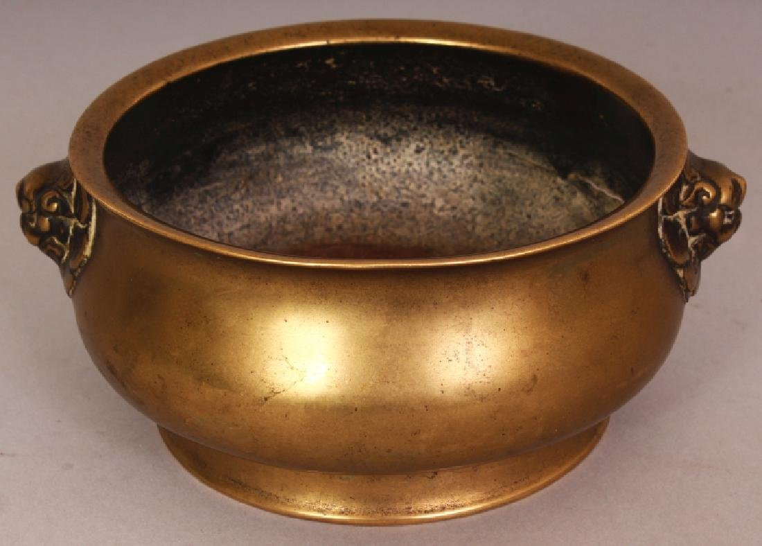 AN 18TH CENTURY CHINESE BOMBE BRONZE CENSER, weighing