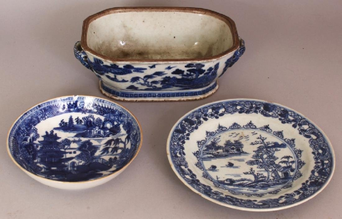 A CHINESE EXPORT QIANLONG PERIOD BLUE & WHITE PORCELAIN