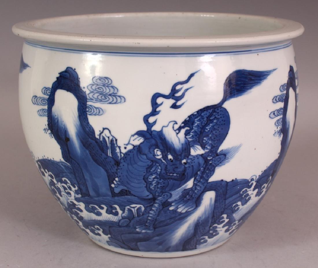 A FINE CHINESE KANGXI PERIOD BLUE & WHITE PORCELAIN