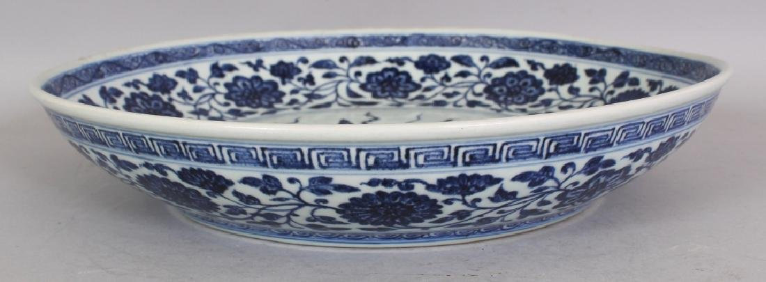 A LARGE CHINESE MING STYLE BLUE & WHITE PORCELAIN LOTUS - 4