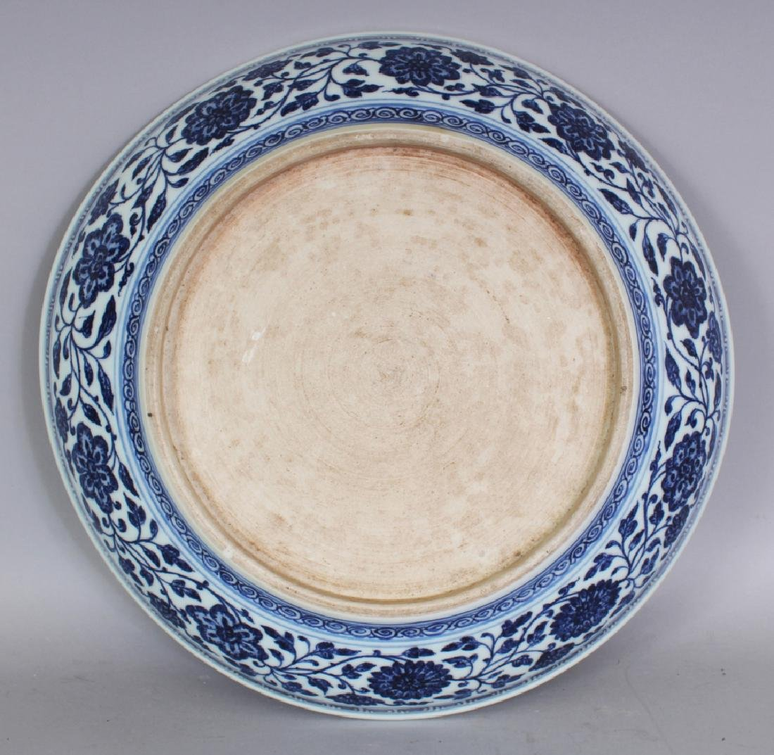 A LARGE CHINESE MING STYLE BLUE & WHITE PORCELAIN LOTUS - 5