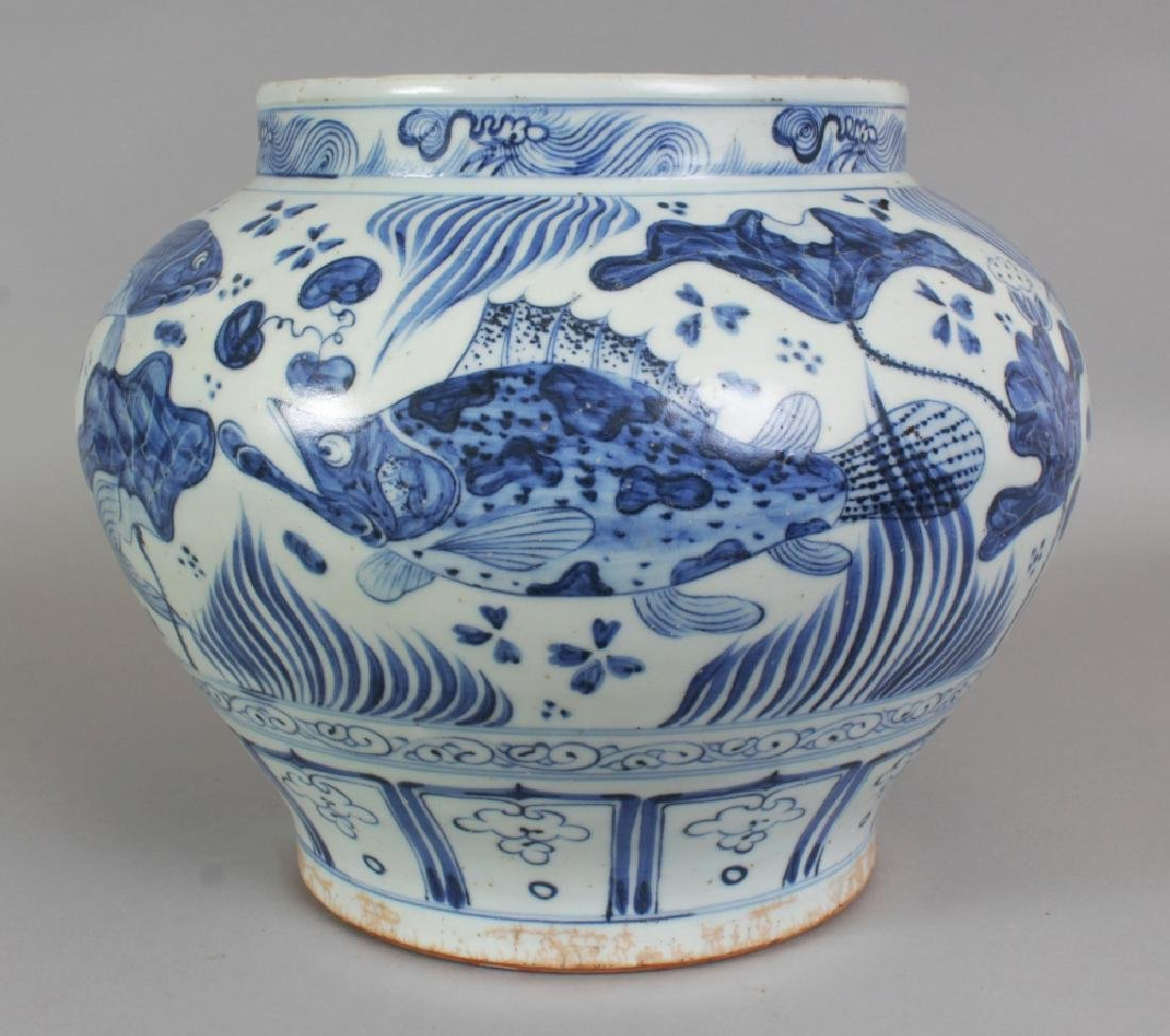 A LARGE CHINESE YUAN STYLE BLUE & WHITE PORCELAIN JAR,