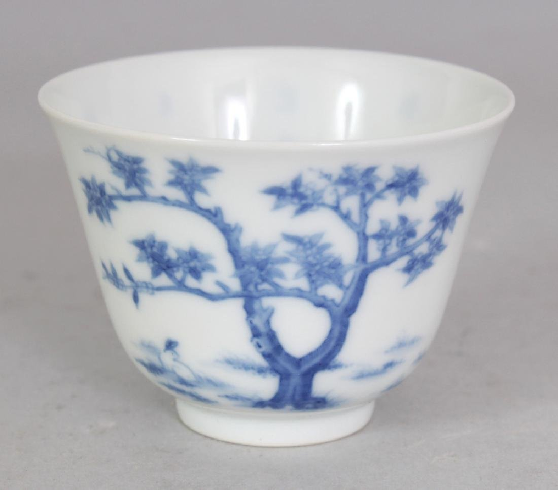 A GOOD QUALITY CHINESE BLUE & WHITE PORCELAIN WINE CUP,