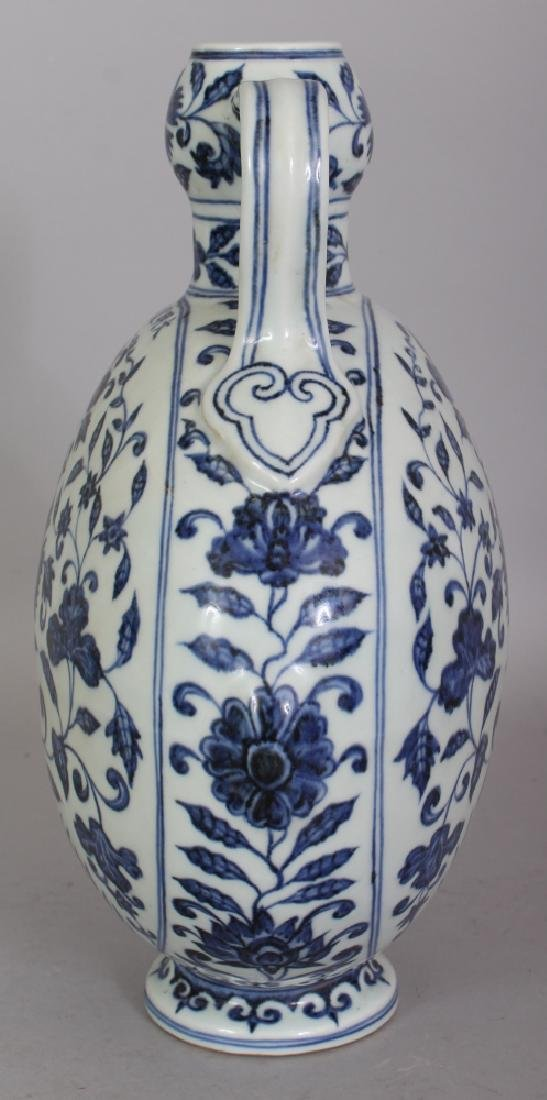 A CHINESE MING STYLE BLUE & WHITE PORCELAIN MOON FLASK, - 4