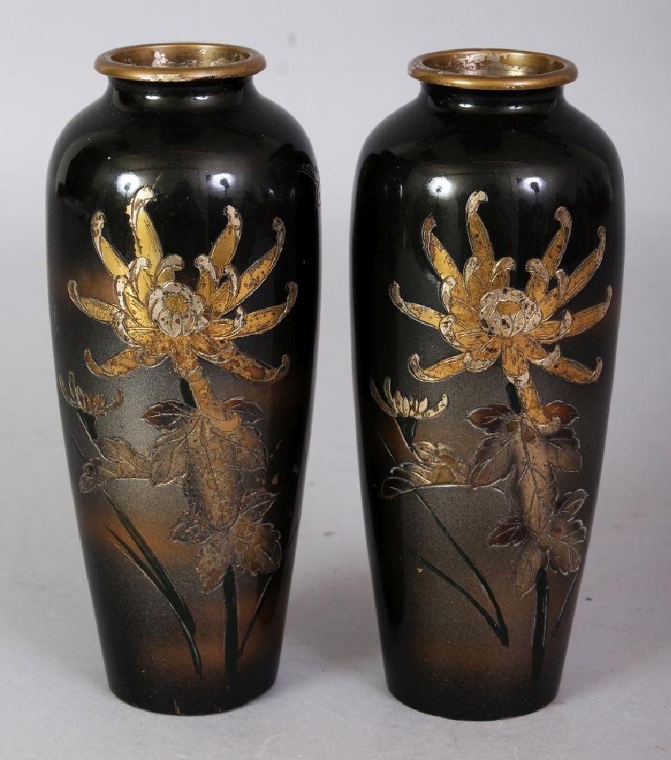 A SMALL PAIR OF EARLY 20TH CENTURY SIGNED JAPANESE