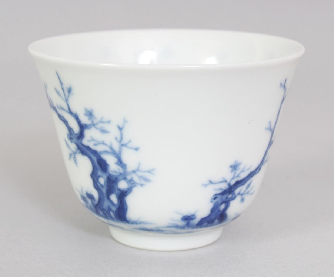 A GOOD QUALITY CHINESE BLUE & WHITE PORCELAIN MONTH