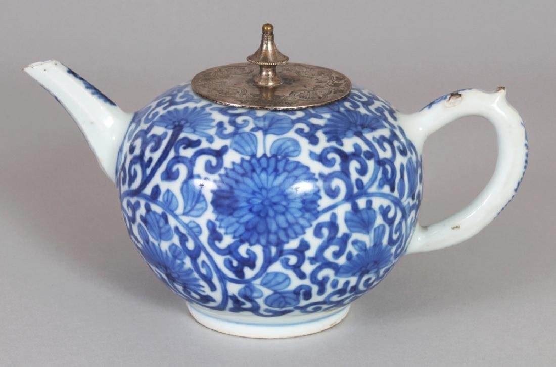 A CHINESE KANGXI PERIOD BLUE & WHITE PORCELAIN GLOBULAR