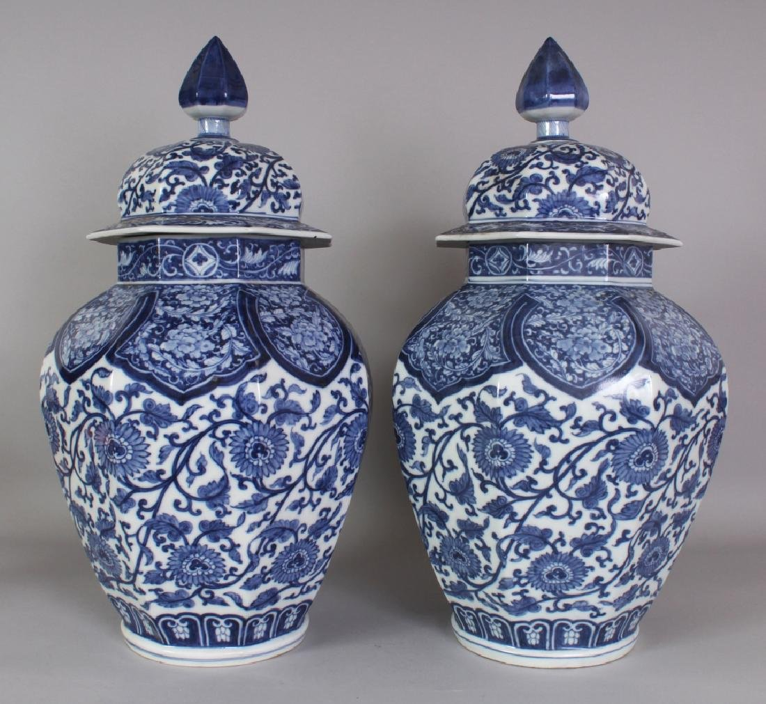 A GOOD LARGE PAIR OF 19TH CENTURY SAMSON BLUE & WHITE