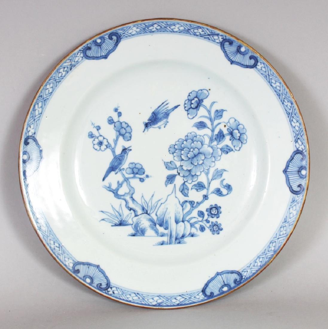 AN 18TH CENTURY CHINESE QIANLONG PERIOD BLUE & WHITE