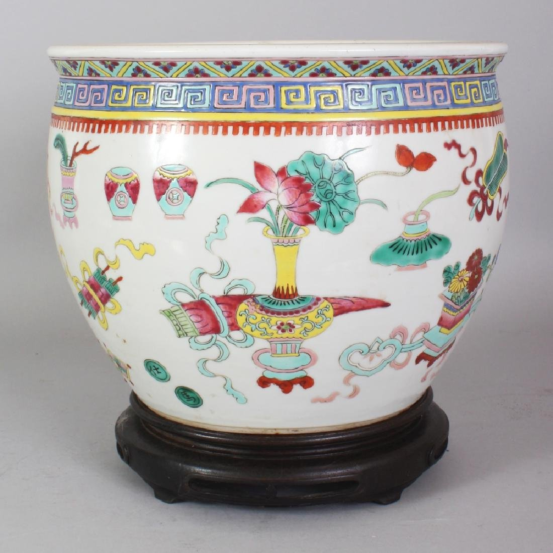 A LATE 19TH CENTURY CHINESE FAMILLE ROSE PORCELAIN