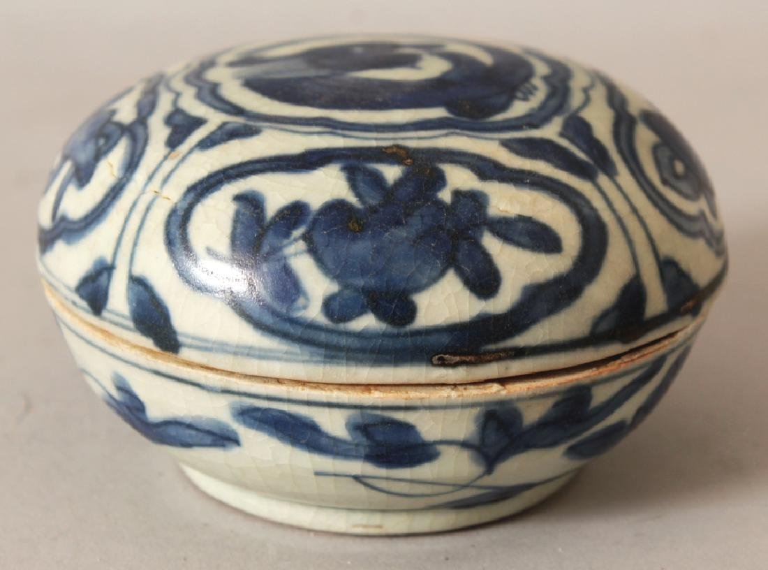 A CHINESE LATE MING DYNASTY WANLI PERIOD BLUE & WHITE