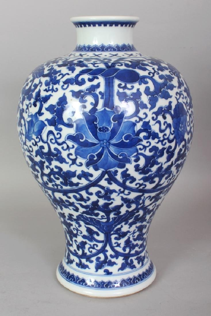 A GOOD QUALITY CHINESE BLUE & WHITE PORCELAIN VASE,