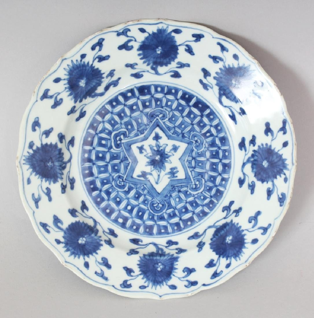 A GOOD CHINESE KANGXI PERIOD BLUE & WHITE PORCELAIN