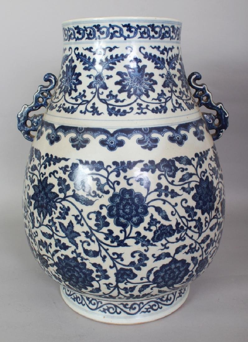 A LARGE CHINESE MING STYLE BLUE & WHITE PORCELAIN HU