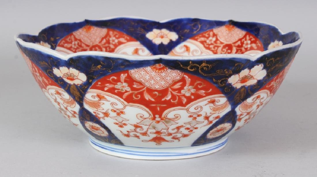 AN EARLY 20TH CENTURY JAPANESE FUKAGAWA IMARI BARBED