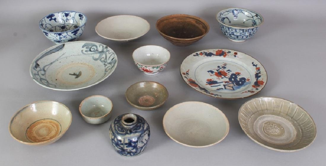 A GROUP OF THIRTEEN VARIOUS CHINESE CERAMIC WARES,