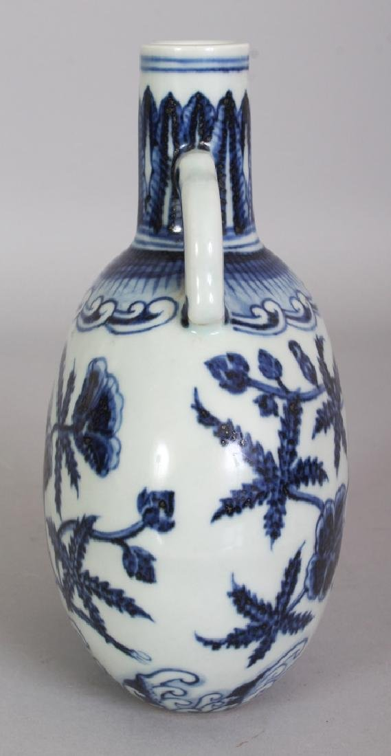 A SMALL CHINESE MING STYLE BLUE & WHITE PORCELAIN MOON - 2