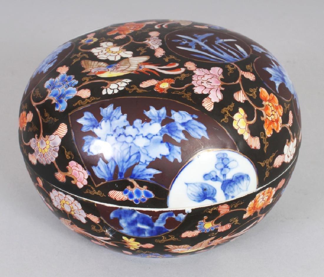 AN EARLY 20TH CENTURY JAPANESE FUKAGAWA IMARI DOMED