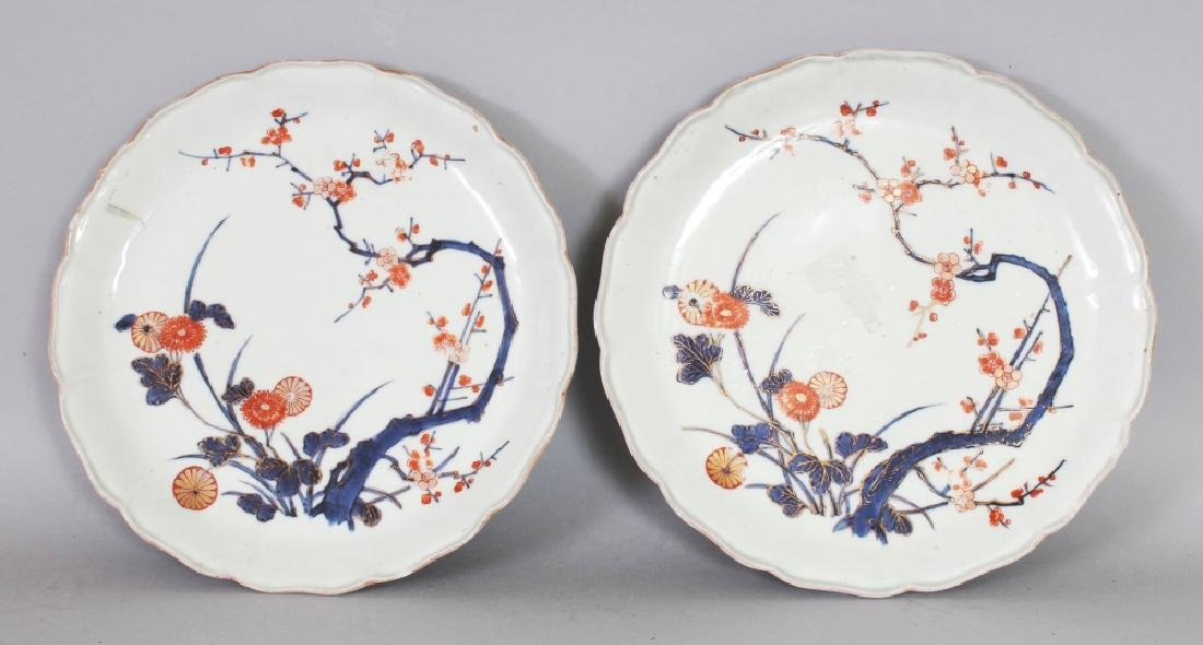 A PAIR OF 18TH CENTURY JAPANESE IMARI PORCELAIN DISHES,