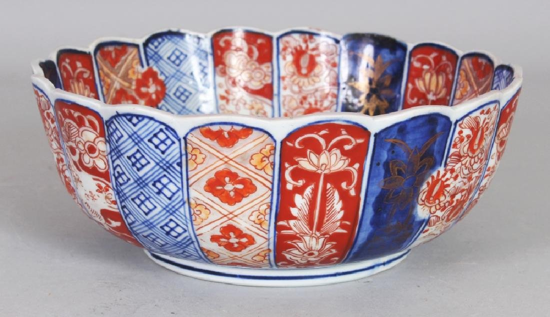 AN EARLY 20TH CENTURY JAPANESE IMARI FLUTED & LOBED