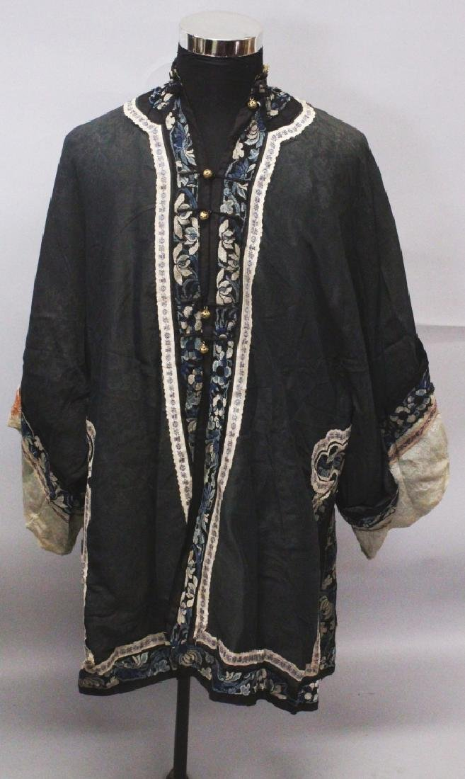 AN EARLY 20TH CENTURY CHINESE BLACK GROUND SILK JACKET,