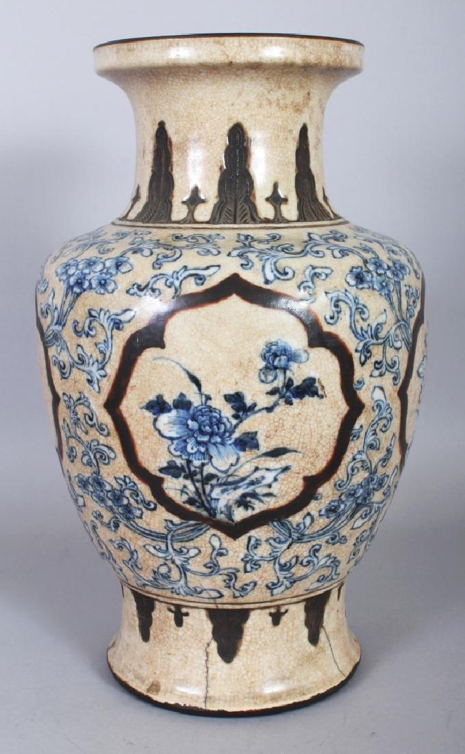A CHINESE BLUE & WHITE CRACKLEGLAZE PORCELAIN VASE,