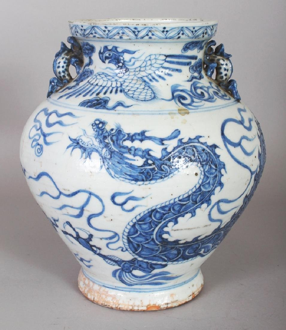 A CHINESE YUAN STYLE BLUE & WHITE BULBOUS PORCELAIN