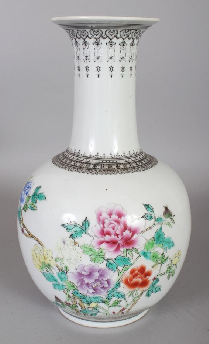 A 20TH CENTURY CHINESE FAMILLE ROSE PORCELAIN BOTTLE