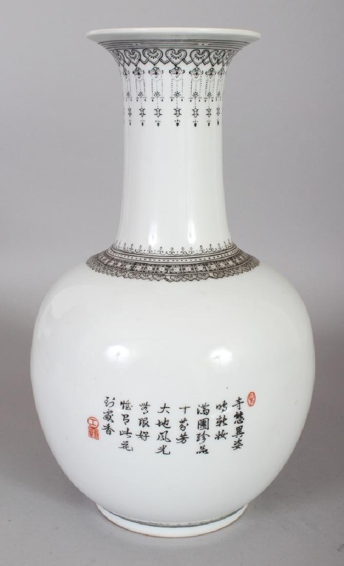 A 20TH CENTURY CHINESE FAMILLE ROSE PORCELAIN BOTTLE - 2