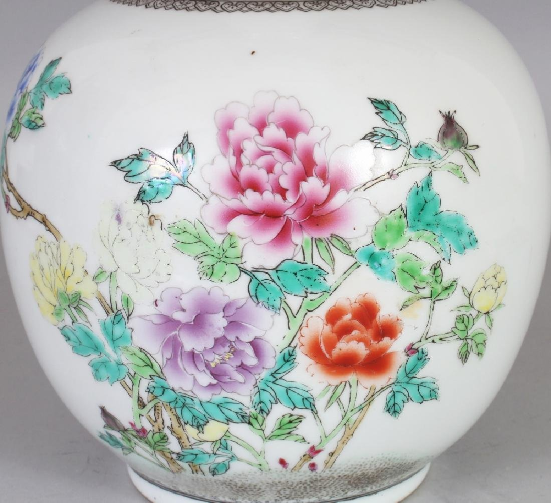 A 20TH CENTURY CHINESE FAMILLE ROSE PORCELAIN BOTTLE - 3