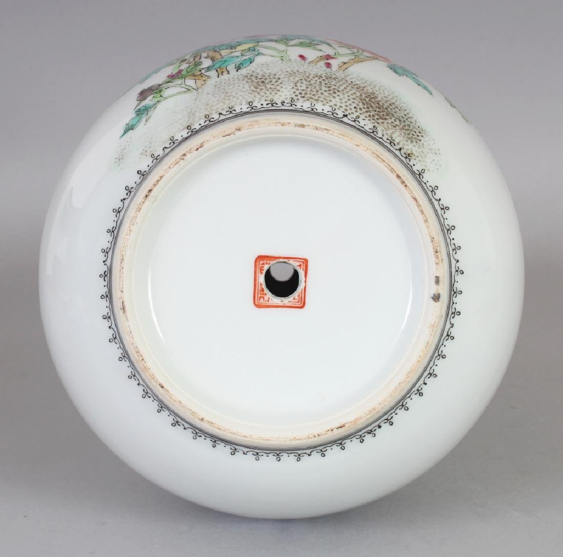 A 20TH CENTURY CHINESE FAMILLE ROSE PORCELAIN BOTTLE - 6