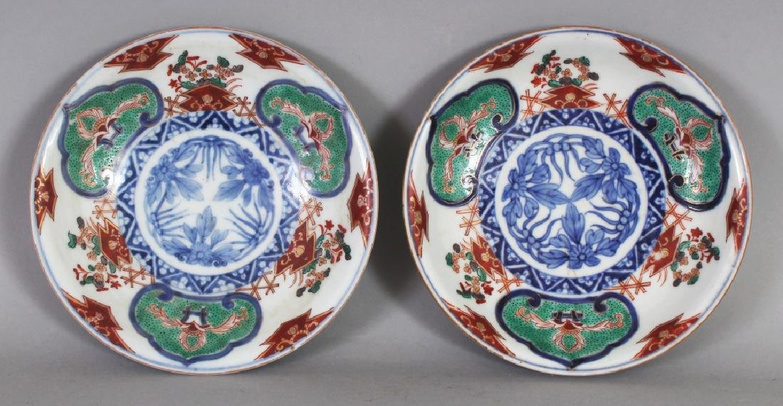 A PAIR OF JAPANESE MEIJI PERIOD IMARI PORCELAIN DISHES,