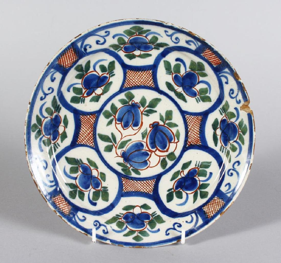 AN 18TH CENTURY DELFT CIRCULAR PLATE, decorated with