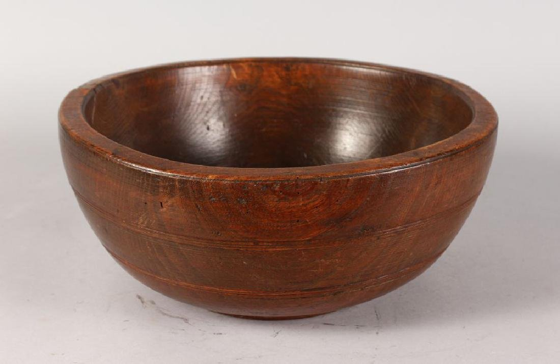 AN 18TH CENTURY TURNED WOOD FRUIT BOWL.  14ins