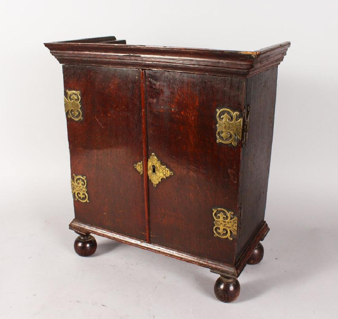 A GOOD 18TH CENTURY OAK APPRENTICES CUPBOARD, with a