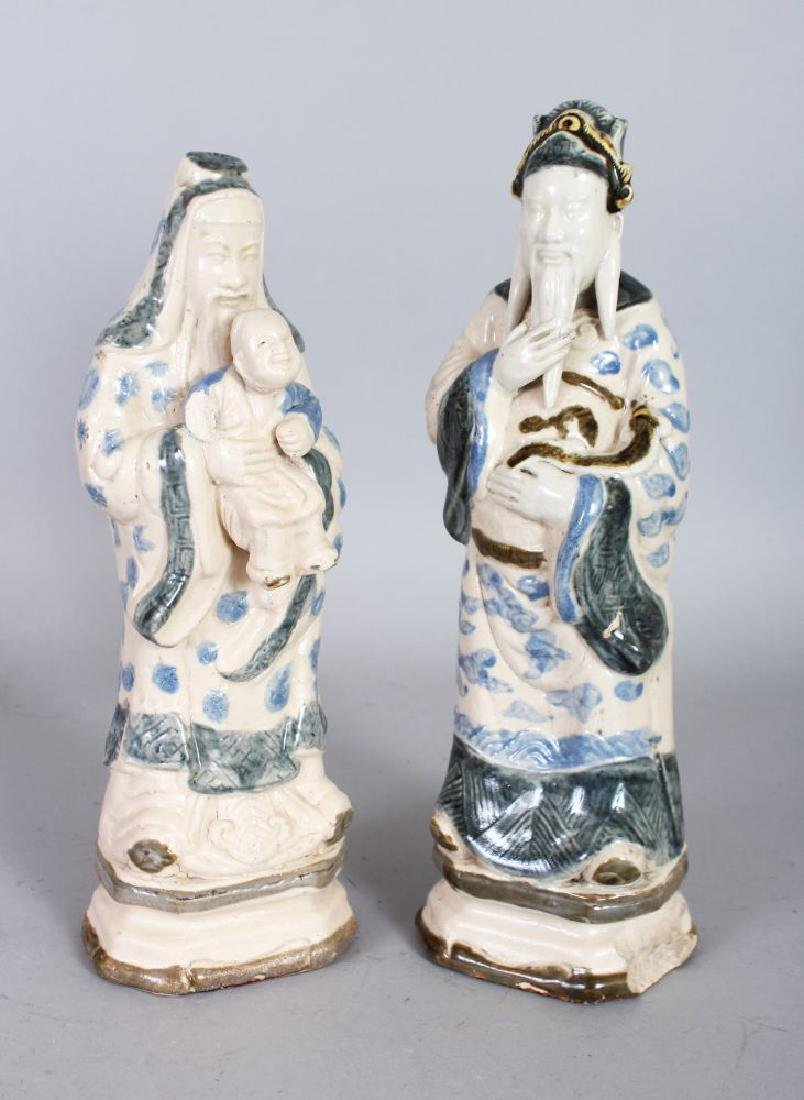 A PAIR OF CHINESE PORCELAIN FIGURES.