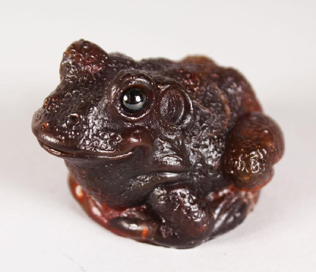 AN AMBER GLASS TOAD.  4.5cms.