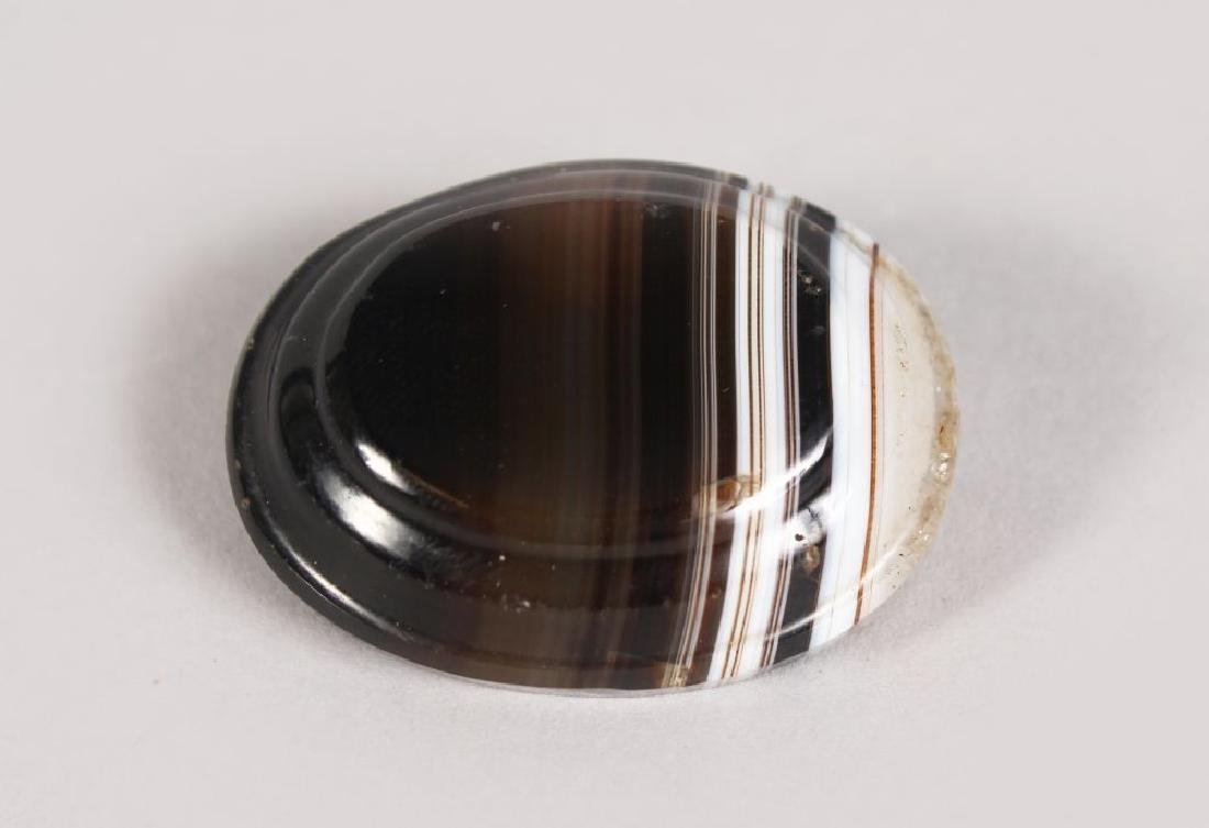 A VICTORIAN OVAL AGATE BROOCH.