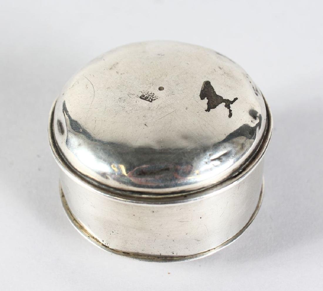 AN EARLY CIRCULAR SILVER BOX AND COVER with makers