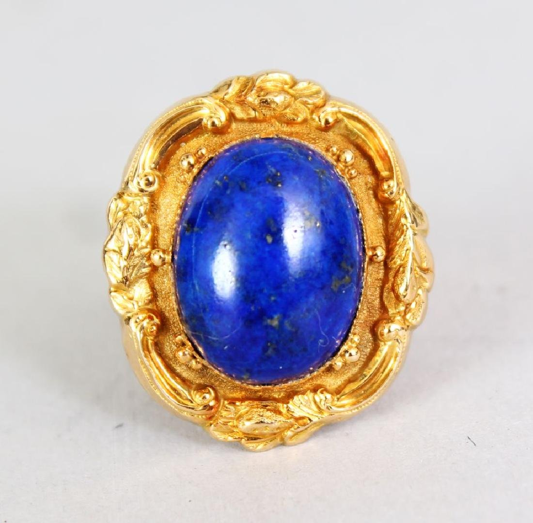 A GOOD YELLOW GOLD AND LAPIS RING.