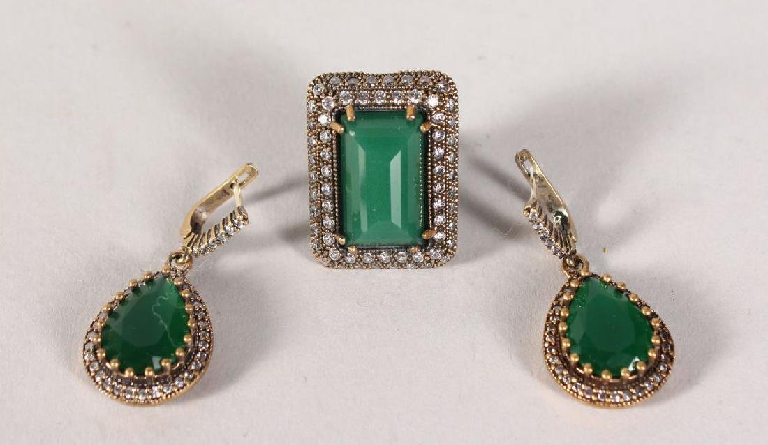 A SILVER AND GILT GREEN CHALCEDONY RING AND EARRINGS.