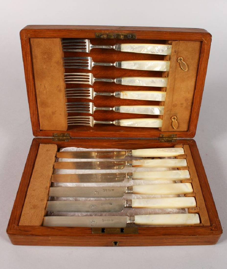 A SET OF SIX GEORGIAN DESSERT KNIVES AND FORKS with