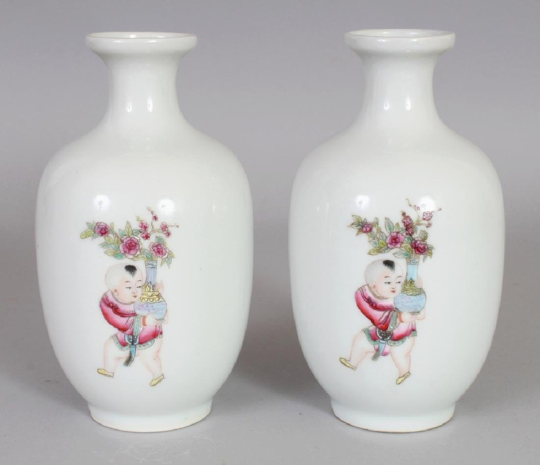 A PAIR OF GOOD QUALITY CHINESE FAMILLE ROSE PORCELAIN