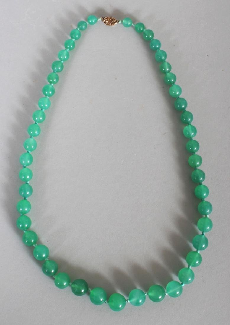 A 20TH CENTURY CHINESE APPLE-GREEN HARDSTONE NECKLACE,