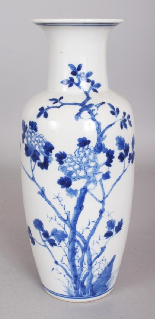A 19TH CENTURY CHINESE BLUE & WHITE PORCELAIN VASE,